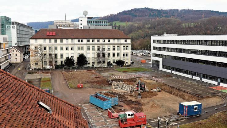 Der Brown-Boveri-Platz bekommt ein neues Parkhaus. Was auf dessen Deckel geschieht, ist noch nicht klar. (Bild 2. Dezember 2019)