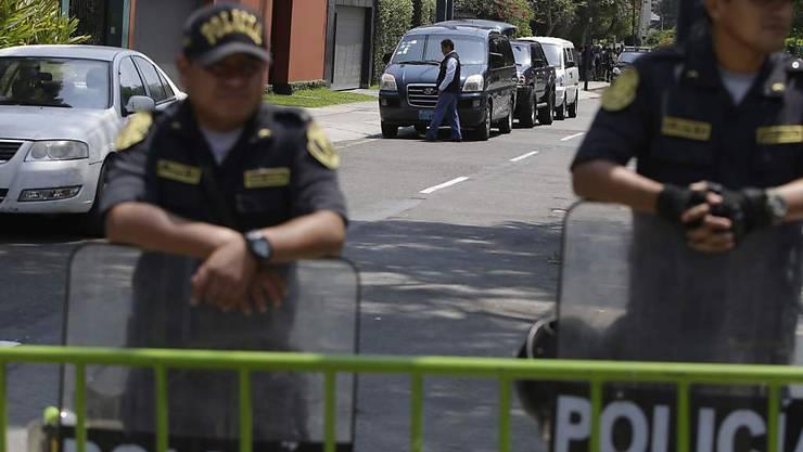 Die peruanische Polizei bewacht den Zugang zum Haus von Ex-Staatschef Pedro Pablo Kuczynski in der Hauptstadt Lima.