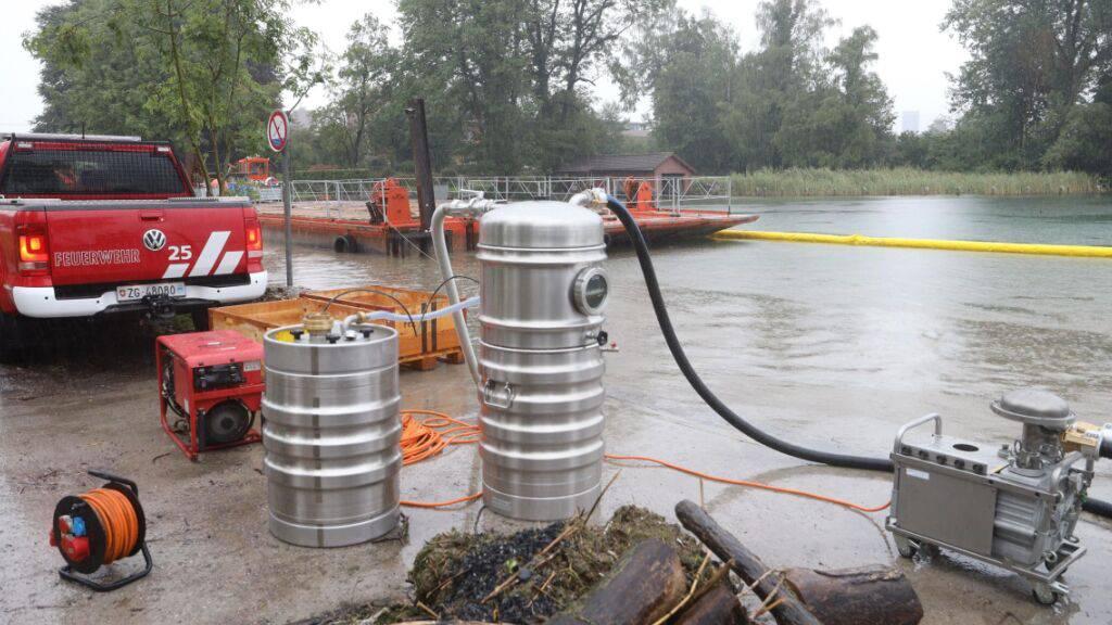«Massive Verschmutzung» in der Lorze – Feuerwehr legt Ölsperren aus