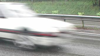 Mit 70 Kilometern pro Stunde ist ein junger Mann durch Zürich-Affoltern gerast. (Symbolbild)