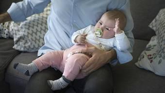 Für oder gegen den Ausbau des Vaterschaftsurlaubs? (Themenbild)