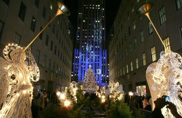 Am Rockefeller Center in New York herrscht zur Weihnachtszeit Hochbetrieb. Unter dem gigantischen Tannenbaum befindet sich eine kleine Eisbahn auf der man Schlittschuhlaufen kann.