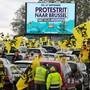 Demonstranten halten zwischen ihren Autos flämische Flaggen während des Protestes der rechtspopulistischen Regionalpartei Vlaams Belang gegen die Regierung. Foto: Nicolas Maeterlinck/BELGA/dpa