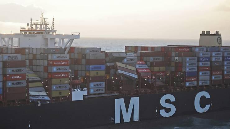 Der Frachter am Mittwoch nahe der deutschen Nordsee-Insel Borkum. Er ist mit über 394 Metern Länge eines der grössten Containerschiffe der Welt.
