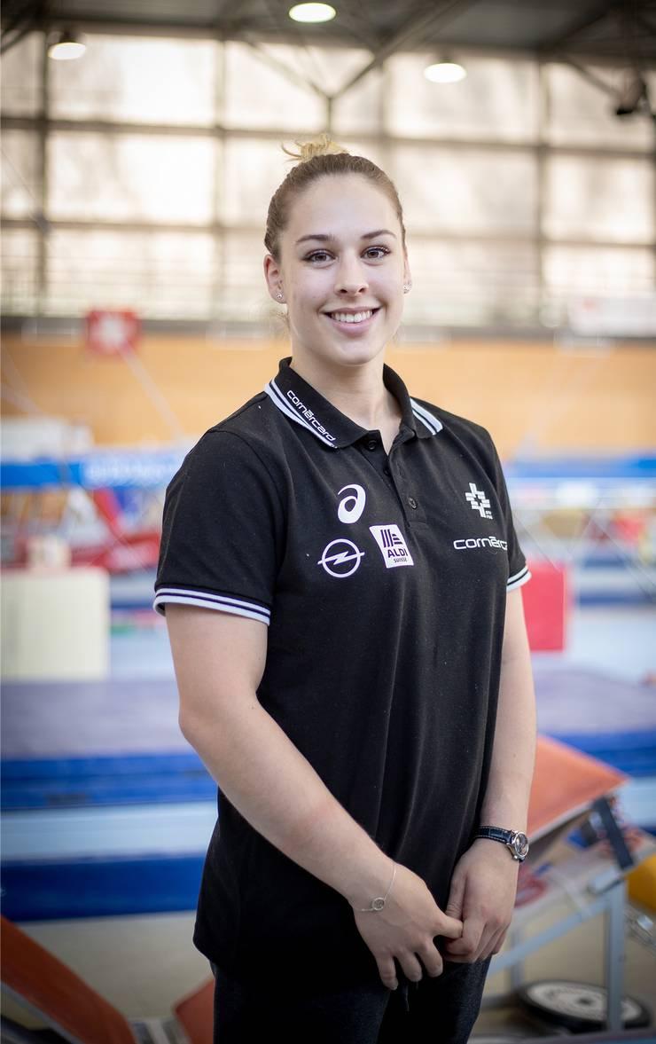 Geboren am 24. März 1994 in Gossau, entdeckte sie mit sieben Jahren die Leidenschaft Kunstturnen. Steingruber hat sich über die Jahre zur erfolgreichsten Kunstturnerin der Schweizer Geschichte entwickelt. Ihren grössten Erfolg durfte sie 2016 in Rio de Janeiro feiern, als sie Olympia-Bronze am Sprung gewann. Ein Jahr später gelang ihr dasselbe an der WM in Montreal. Dazu kommen fünf EM-Goldmedaillen. Im Jahr 2013 wurde Steingruber als Schweizer Sportlerin des Jahres ausgezeichnet. Im Sommer 2018 erlitt sie ihren ersten grossen Rückschlag der Karriere – sie riss sich das Kreuzband im linken Knie. Steingruber ist frisch verliebt, ihr Freund Alan Ulmann hat eine grosse Leidenschaft für Motocross. (ewu)
