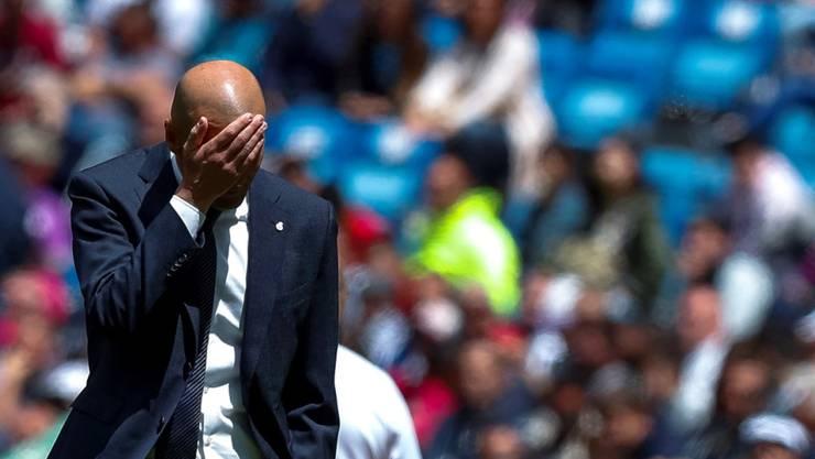 Real Madrids Trainer Zinédine Zidane kann nicht mehr hinsehen - wieder verliert sein Team