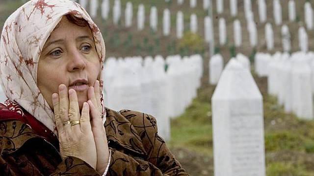 Frau aus Srebrenica gedenkt der Opfer des Massakers von 1995