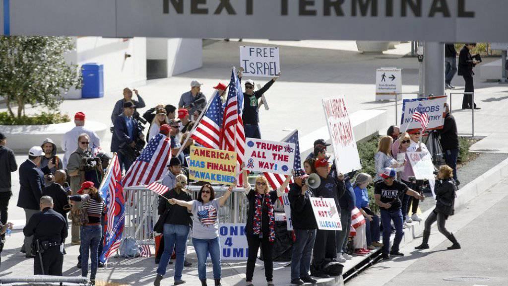 Ihr Protest wurde nicht gehört: Ein Berufungsgericht in San Francisco lehnte den Antrag der US-Regierung ab, den Einreisebann des Präsidenten wieder in Kraft zu setzen. Das Bild zeigt Trump-Unterstützer am Flughafen von Los Angeles. (Archivbild)