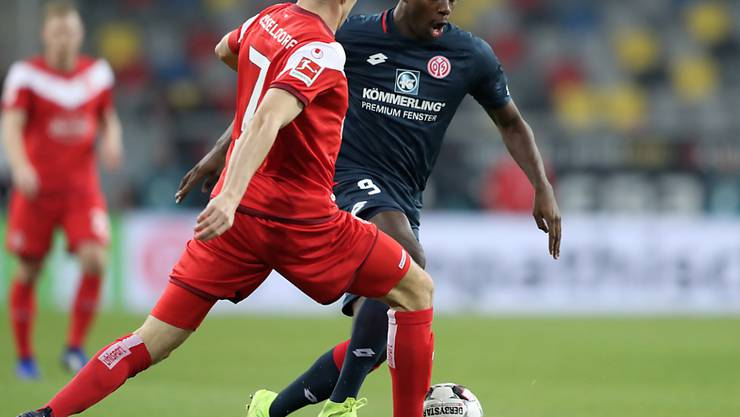 Mainz' Torschütze Jean-Philippe Mateta im Zweikampf gegen Düsseldorfs Oliver Fink