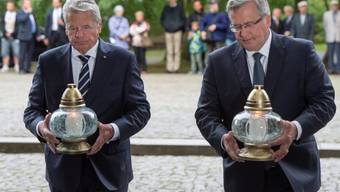 Gauck (l.) und Komorowski legen in Danzig Kerzen nieder