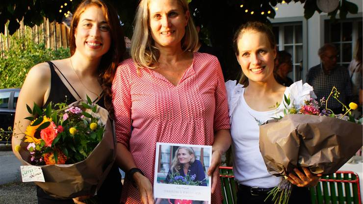 Von links: Lisa Erard, Doris Weyeneth und Elisa Ziegler präsentieren das gemeinsam erschaffene Kochbuch.