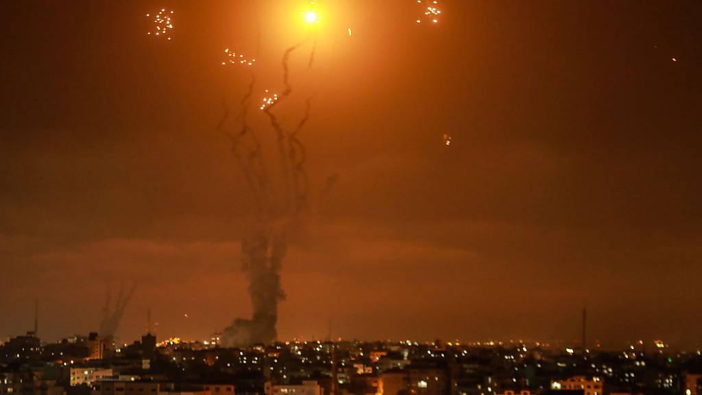 dpatopbilder - Israels Luftabwehrsystem fängt Raketen ab, die von der islamistischen Hamas aus dem Gazastreifen in Richtung Israel abgefeuert wurden. Foto: Mohammed Talatene/dpa