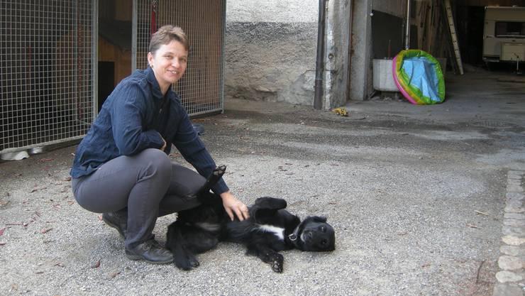 Landwirtin Iris Schnetz musste handeln. Für den jungen, anhänglichen Hund hat sie extra einen Zwinger bauen lassen.