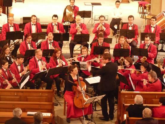 Die Cello-Solistin Daniela Hunziker interpretiert mit der Stadtmusik Bremgarten das Concerto Militaire von Offenbach