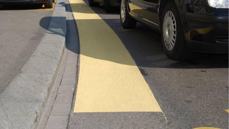Die 60 Zentimeter breiten Markierung sollen die Verkehrssicherheit von Velofahrern verbessern.