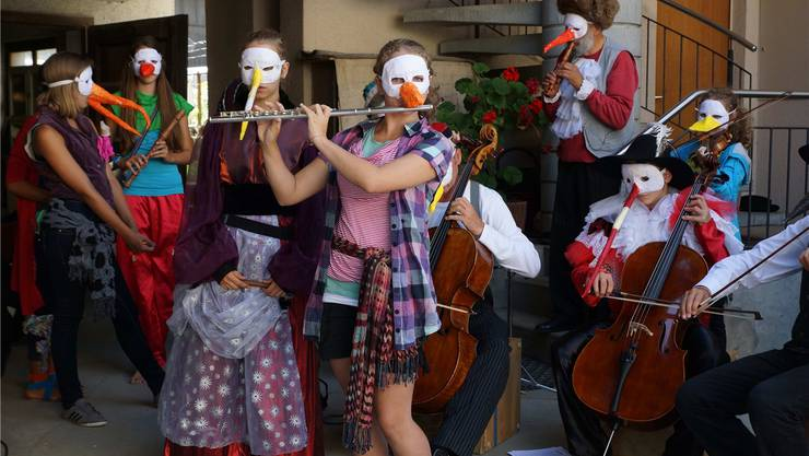 Die 14- bis 18-jährigen Schüler und Schülerinnen von «gli uccelli» erzählen die Geschichte über eine bunte Vogelschar. Ursula Burgherr