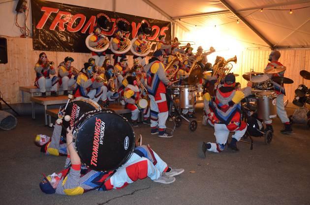 Fasnachtseröffnung in Windisch;Die Trombongos können auch liegend und sitzend spielen.