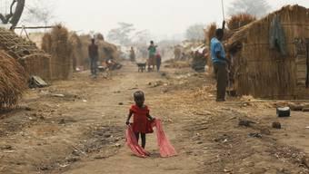 Ein Mädchen läuft durch ein Flüchtlingscamp in der zentralafrikanischen Stadt Kaga-Bandoro. Die UNO fordert eine sofortige Feuerpause für die Zentralafrikanische Republik. (Archiv)