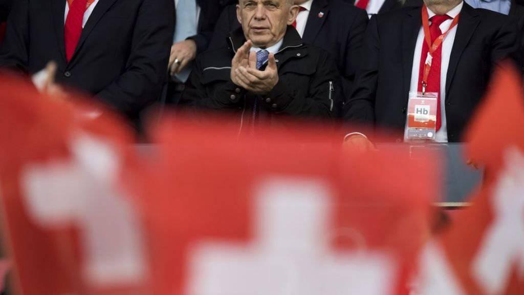 Bundesrat Ueli Mauer neben SFV-Präsident Peter Gillieron am Qualifikationsspiel der Schweiz gegen Lettland im März 2017. Damals gewann die Schweiz 1:0. (Archiv)