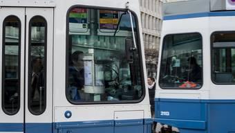 Drei VBZ-Fahrer wurden in den letzten zwölf Monaten entlassen, weil sie mit dem Handy oder Tablet am Steuer erwischt wurden. (Symbolbild)