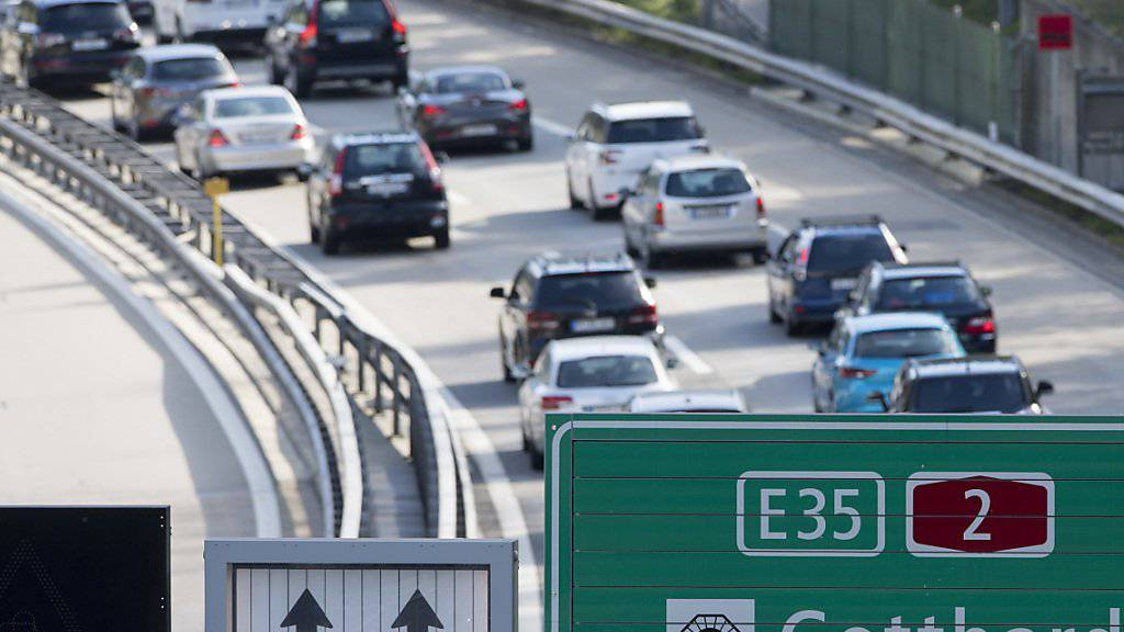 Der Reiseverkehr staute sich am Samstag auf der Autobahn A2 vor dem Gotthard. (Archivbild)
