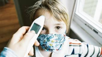 Hohes Fieber haben Kinder schnell – zum Kinderarzt sollen die Eltern aber, wenn sich der Allgemeinzustand verschlechtert.