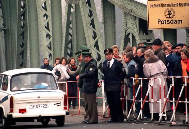 Ein «Trabi» überquert am 13. November 1989 die Glienicker Brücke in Berlin.