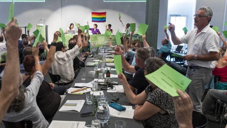 Ein Stimmenzähler zählt die Stimmen bei der Parolenfassung zum Bundesbeschluss über die Ernährungssicherheit bei der Delegiertenversammlung der Grünen in Bern.