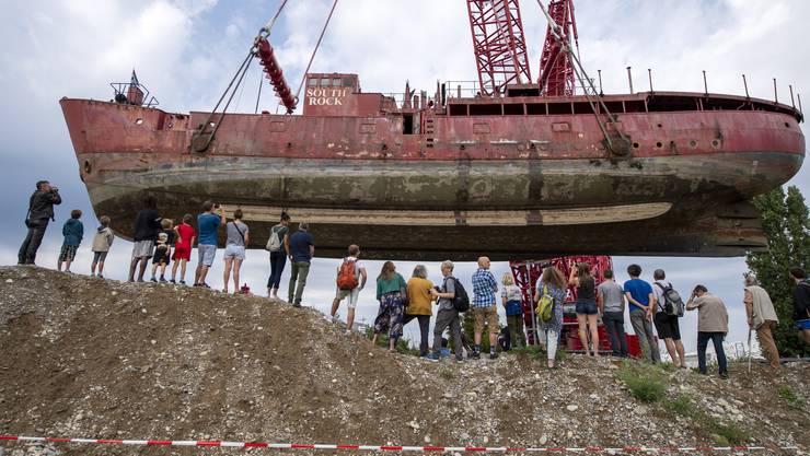 Unter den Augen von vielen Schaulustigen ist am Dienstag in Basel ein 600 Tonnen schweres Schiff an Land gehievt worden.