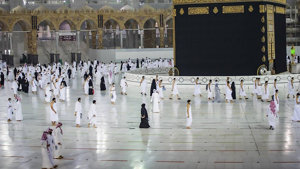 Muslime beten um die Kaaba, das kubische Gebäude in der Grossen Moschee, während des ersten Tages der Umrah in der muslimischen heiligen Stadt Mekka.