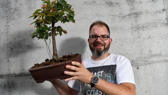Bonsaifreund Gilles Kröger mit einem seiner Pflanzen. Davon wird es an der Ausstellung am Wochenende unzählige zu sehen geben.