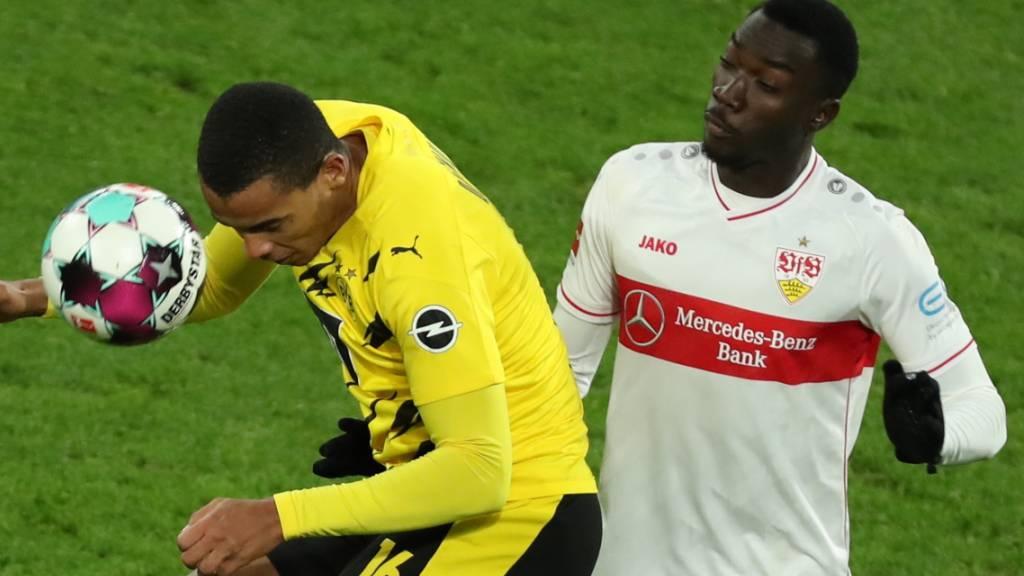 Stuttgarts Stürmer Silas (rechts) im Zweikampf mit BVB-Verteidiger Manuel Akanji