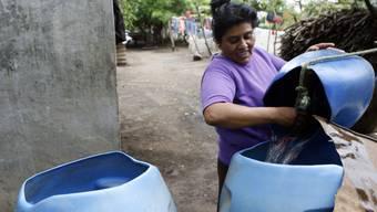 Eine Frau giesst frisches Wasser in einen Eimer in Leon, Nicaragua. Lateinamerika gehört heute zu den Schwerpunktregionen der Schweizer Entwicklungszusammenarbeit. Nun will sich der Bund aus dieser Region zurückziehen. (Themenbild)