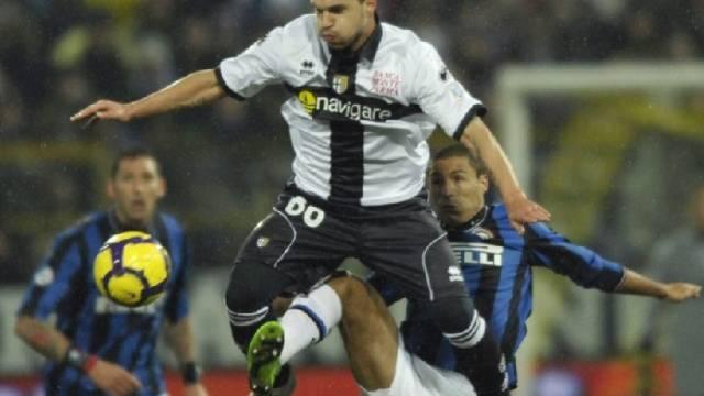 Inters Ivan Cordoba ist jedes Mittel recht, um Parmas Valeri Bojinov zu stoppen