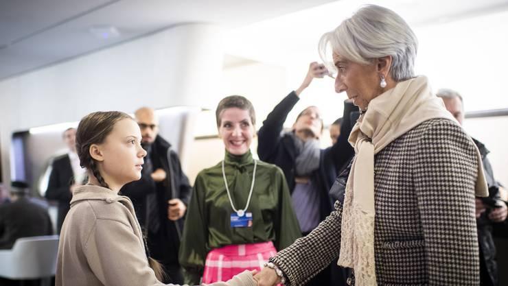 Greta Thunberg schüttelt Christine Lagarde, Chefin des Internationalen Währungsfonds, am WEF die Hand.