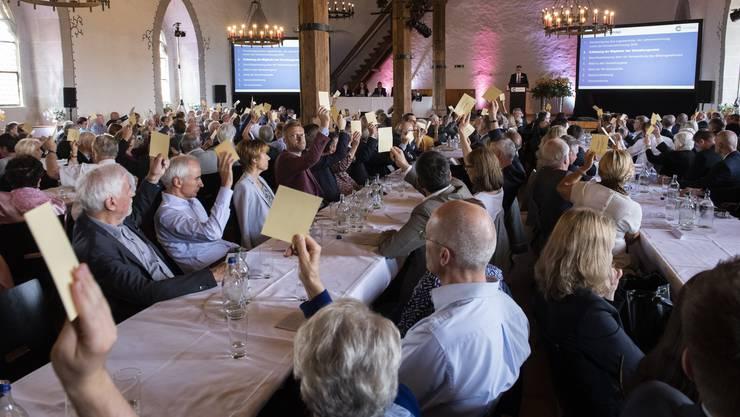 Verwaltungsratspräsident Peter Wanner erhält von den Aktionären im Rittersaal auf Schloss Lenzburg viel Zustimmung.