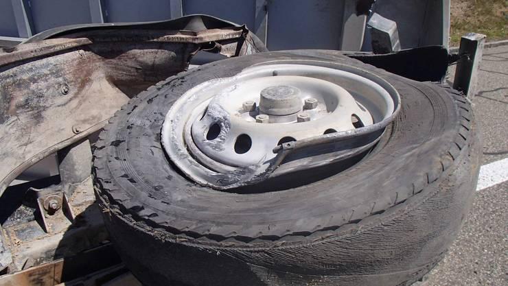 Die Reifen des Lieferwagens