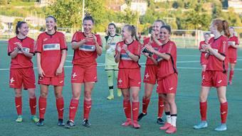 Die FC-Aarau-Frauen bedanken sich nach dem 4:2-Auftaktsieg vom Samstag gegen Worb bei ihrem Anhang für die Unterstützung.