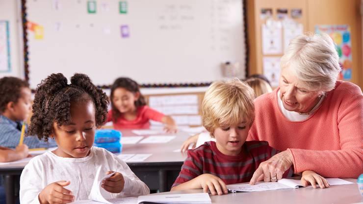 Als Seniorin oder Senior im Klassenzimmer bereichern Sie den Unterricht und fördern die Beziehungen zwischen den Generationen
