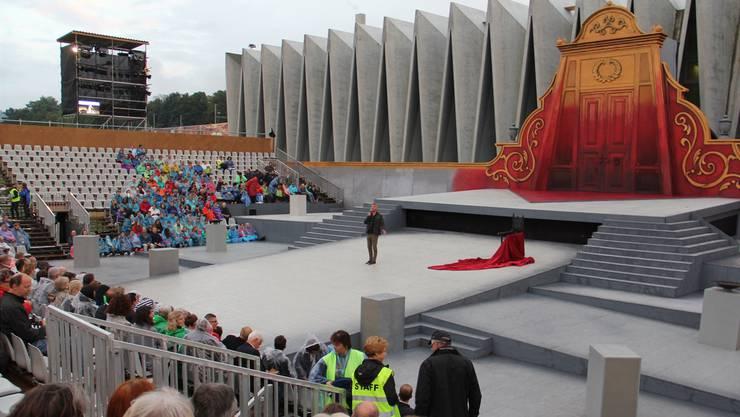 Das Spektakel war perfekt – die Besucherzahlen weniger. Peter Bernhard begrüsst das Publikum in der Oper Schenkenberg.
