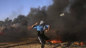 Nach den blutigen Auseinandersetzungen zwischen israelischen Soldaten und palästinensischen Demonstranten an der Grenze zum Gazastreifen ist ein dritter Palästinenser seinen Verletzungen erlegen. (Archivbild)
