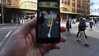 Der Schweizer Unfallversicherer Suva warnt: Wer draussen auf Pokémon-Jagd geht, soll sich vor Stolperunfällen in Acht nehmen. (Archivbild)