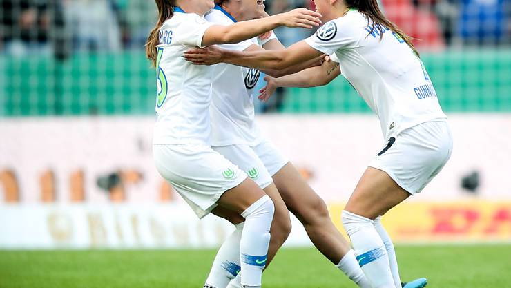 Noëlle Maritz (ganz links) und Lara Dickenmann (nicht auf dem Foto) können mit Wolfsburg erneut das Double gewinnen