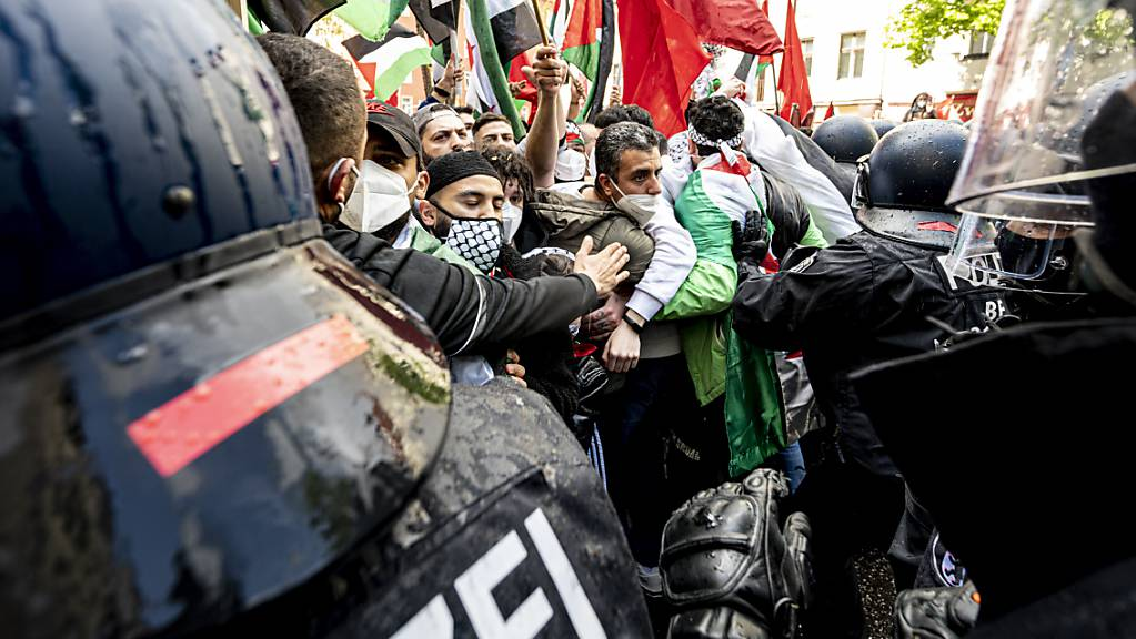 Die Polizei drängt Teilnehmer verschiedener palästinensischer Gruppen bei einer Demonstration in Berlin-Neukölln ab.