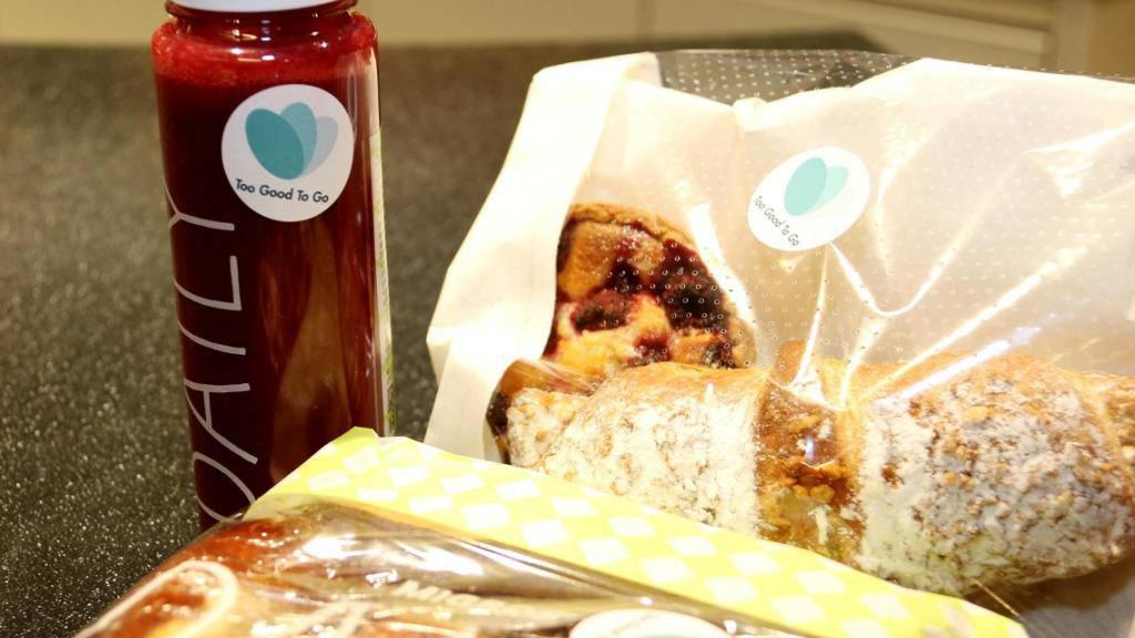 Gegen Foodwaste: Migros Basel arbeitet mit «Too Good To Go» zusammen und gibt abgelaufene aber noch einwandfreie Produkte vergünstigt ab.