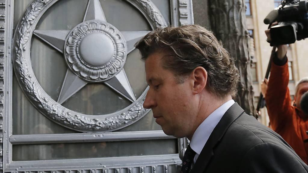 dpatopbilder - Der deutsche Botschafter in Moskau, Géza Andreas von Geyr, geht ins russische Außenministerium, um den Fall des vergifteten Oppositionellen Alexej Nawalny zu besprechen. Foto: Alexander Zemlianichenko/AP/dpa
