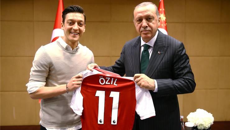 Der Stein des Anstosses: Mesut Özil (l.) posiert vor der WM 2018 mit dem autoritären türkischen Staatspräsidenten Recep Tayyip Erdogan.