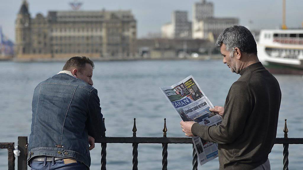 Türkischer Mann bei der Zeitungslektüre in Istanbul: Der Korrespondent des deutschen Nachrichtenmagazins «Spiegel» berichtet künftig aus Wien über die Türkei, weil ihm die Regierung keine Akkreditierung ausstellt. (Symbolbild)