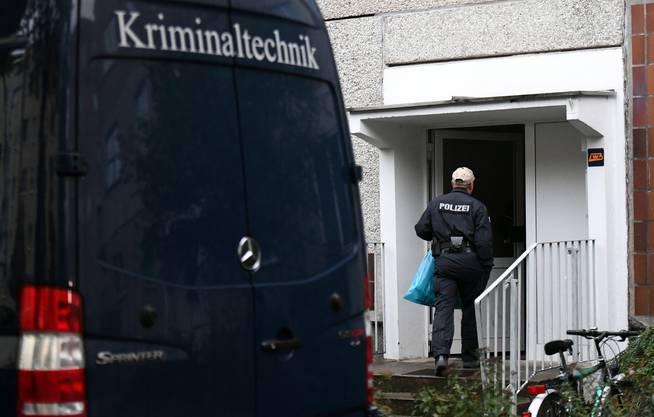 Ein Mitglied der deutschen Kriminalpolizei durchsucht eine Wohnung im Quartier Paunsdorf.