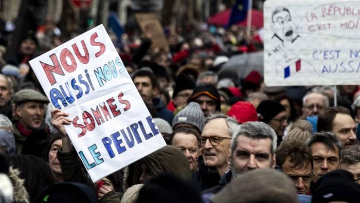Die «roten Schals» sehen sich als Gegenbewegung zu den «Gelbwesten». Tausende gingen gestern in Paris auf die Strasse, um gegen ein Ende der Gewalt und für die Politik der französischen Regierung zu demonstrieren.